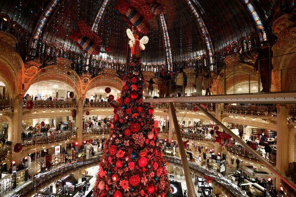 Choinka w centrum handlowym Galeries Lafayette w Paryżu - Sputnik Polska