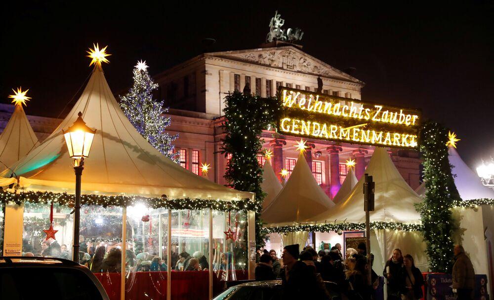 Jarmark bożonarodzeniowy na placu Gendarmenmarkt w Berlinie.