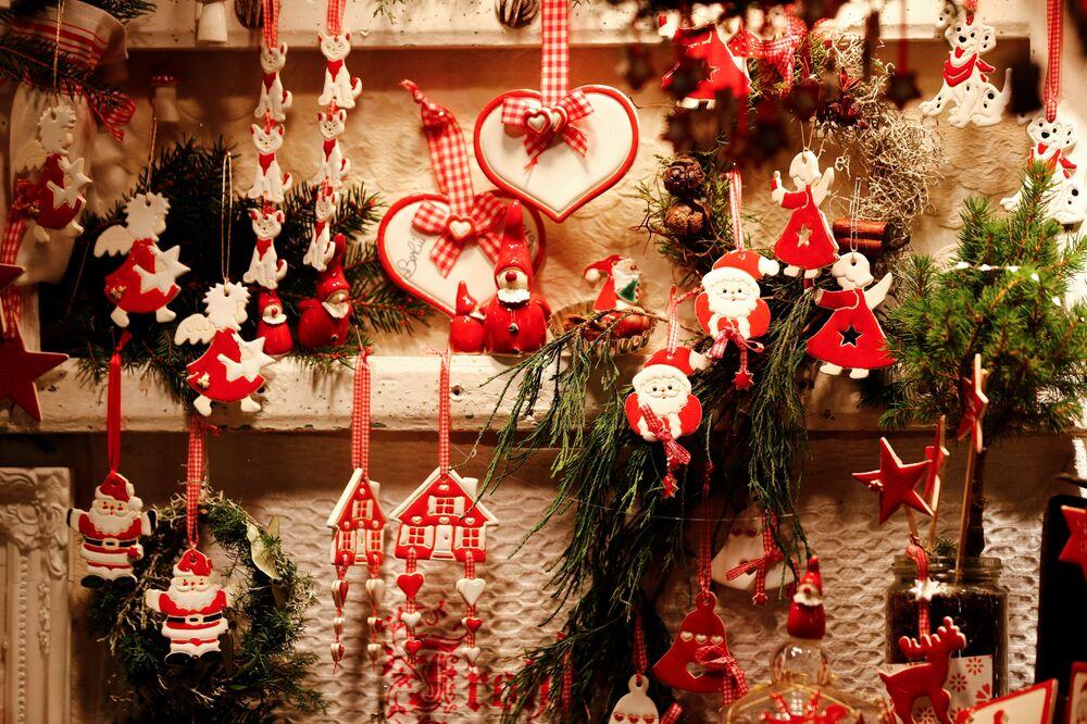 Dekoracje w oknie wystawowym na jarmarku bożonarodzeniowym na placu Gendarmenmarkt w Berlinie.