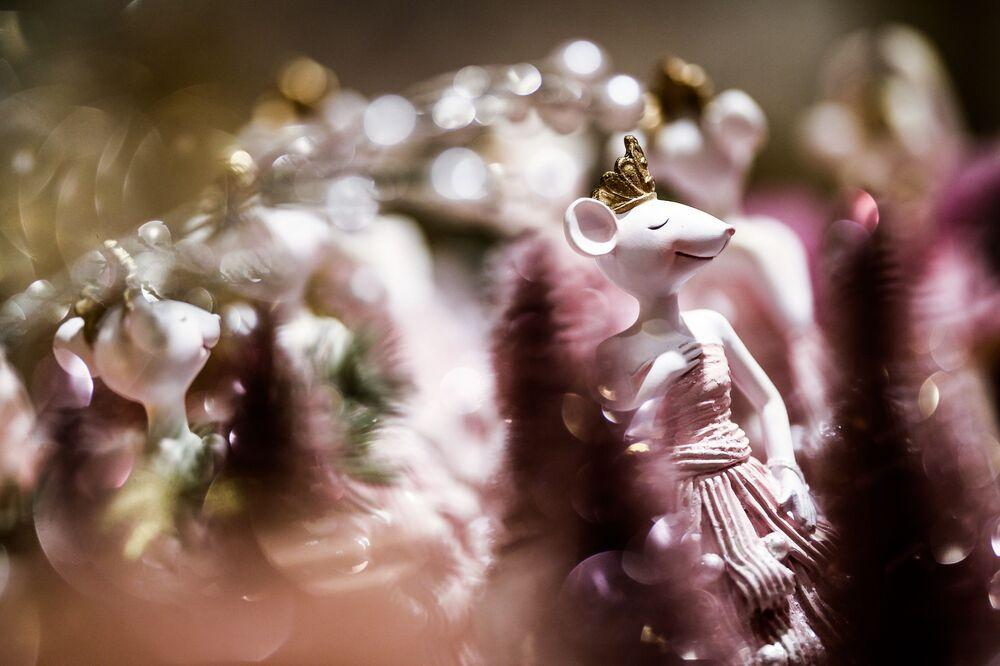 Porcelanowa figurka myszy na bazarku noworocznym w Centralnym Domu Towarowym.