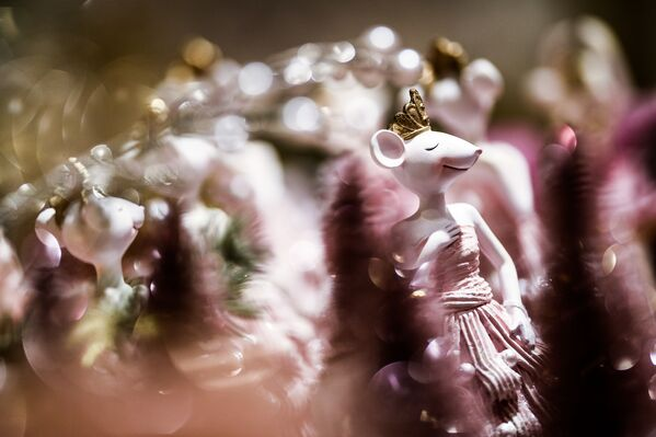 Porcelanowa figurka myszy na bazarku noworocznym w Centralnym Domu Towarowym - Sputnik Polska