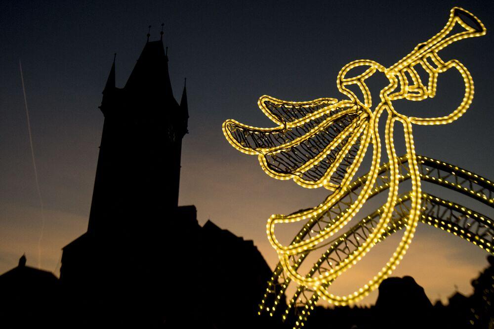 Dekoracje świąteczne na Rynku Staromiejskim w Pradze.
