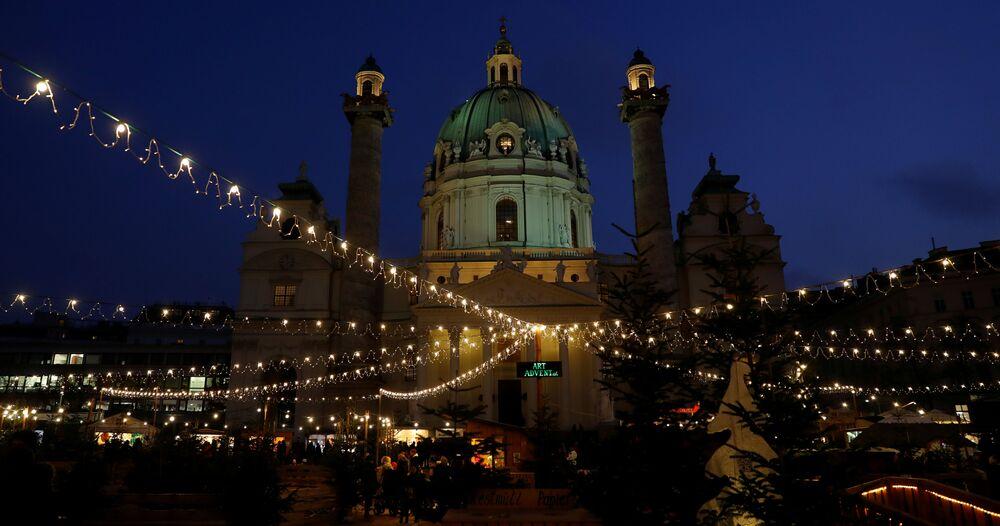 Jarmark bożonarodzeniowy przed Kościołem św. Karola Boromeusza w Wiedniu.