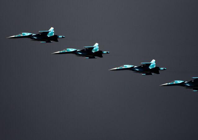 """Bombowce Su-34 podczas głównego etapu strategicznych ćwiczeń drużynowo-sztabowych """"Centr-2019"""" na poligonie """"Donguz"""""""