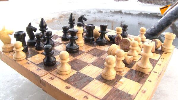 Gra w szachy w lodowatej wodzie - Sputnik Polska