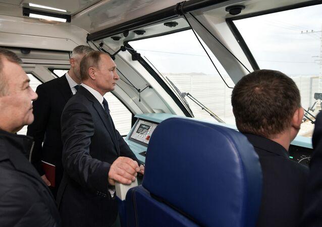 Władimir Putin w kabinie maszynisty w pociągu, który jako pierwszy przejechał po Moście Krymskim