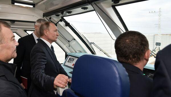 Władimir Putin w kabinie maszynisty w pociągu, który jako pierwszy przejechał po Moście Krymskim  - Sputnik Polska