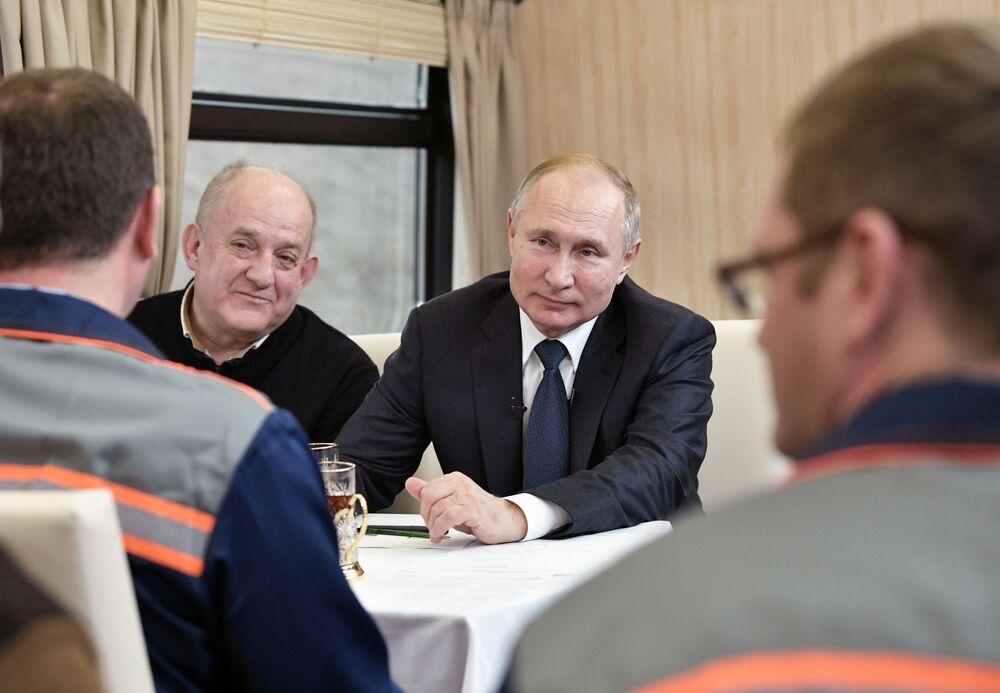 Prezydent Rosji Władimir Putin rozmawia z budowniczymi podczas przejażdżki koleją po Moście Krymskim