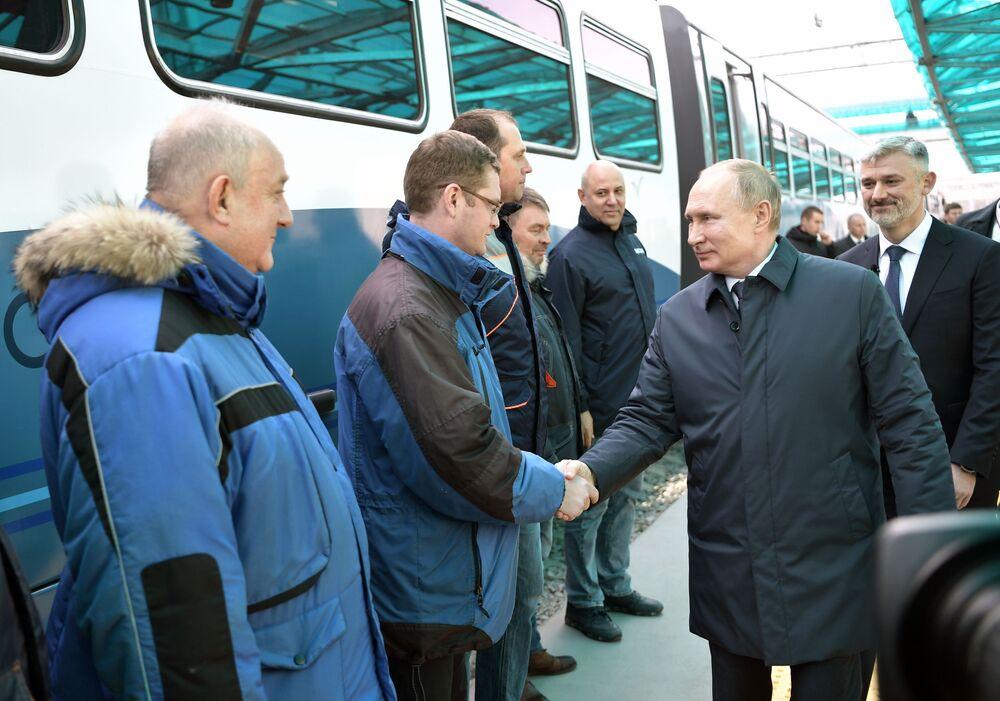 Prezydent Rosji Władimir Putin na stacji kolejowej przed podróżą pociągiem przez Most Krymski