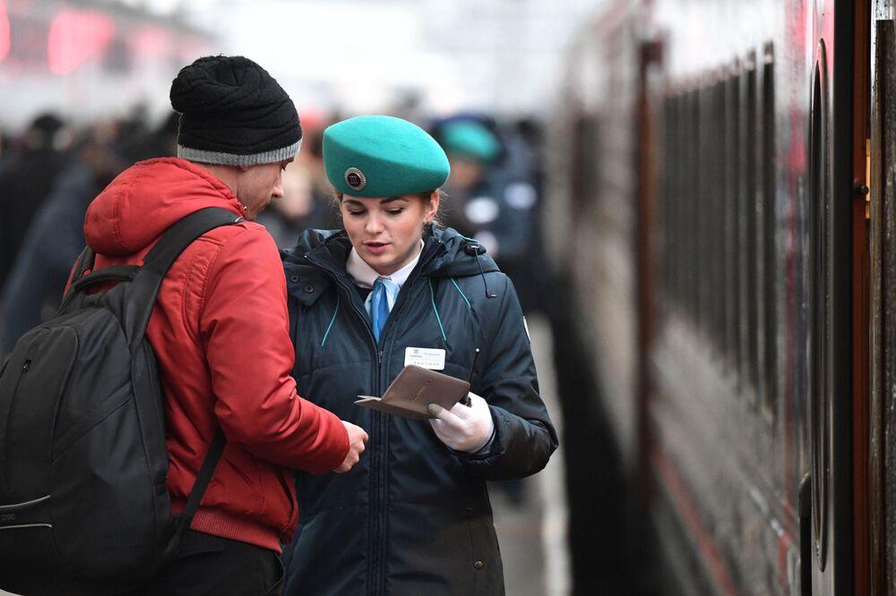 Kontrola biletów przed wejściem do pociągu, który wyjechał z Petersburga i jako pierwszy przejedzie przez Most Krymski