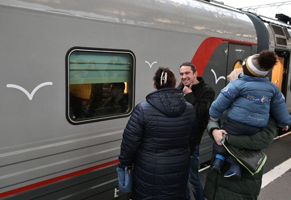 Pasażerowie na stacji kolejowej w Petersburgu, przed wejściem do pociągu, który jako pierwszy przejedzie przez Most Krymski