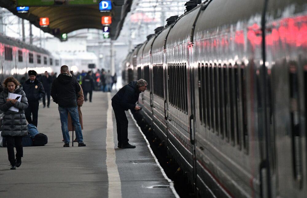 Odjazd pociągu ze stacji kolejowej w Petersburgu, który jako pierwszy przejedzie przez Most Krymski