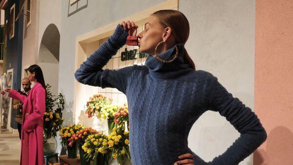 Modelka z torebką Jacquemus na pokazie w Paryżu - Sputnik Polska