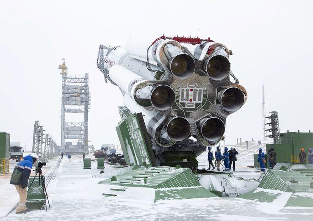 """Rakieta """"Proton-M"""" z satelitą """"Elektro-L"""" nr 3 w kompleksie startowym"""