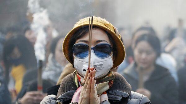 Kobieta w masce świętuje obchody chińskiego nowego roku - Sputnik Polska