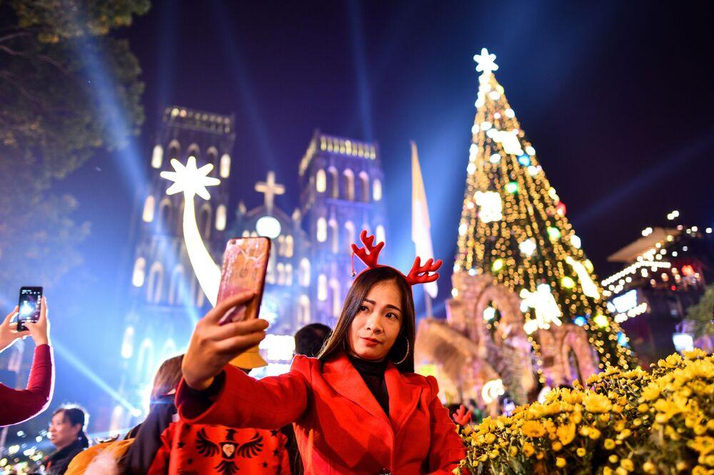 Selfie przed katedrą św. Józefa w starej dzielnicy Hanoi w Wigilię Bożego Narodzenia