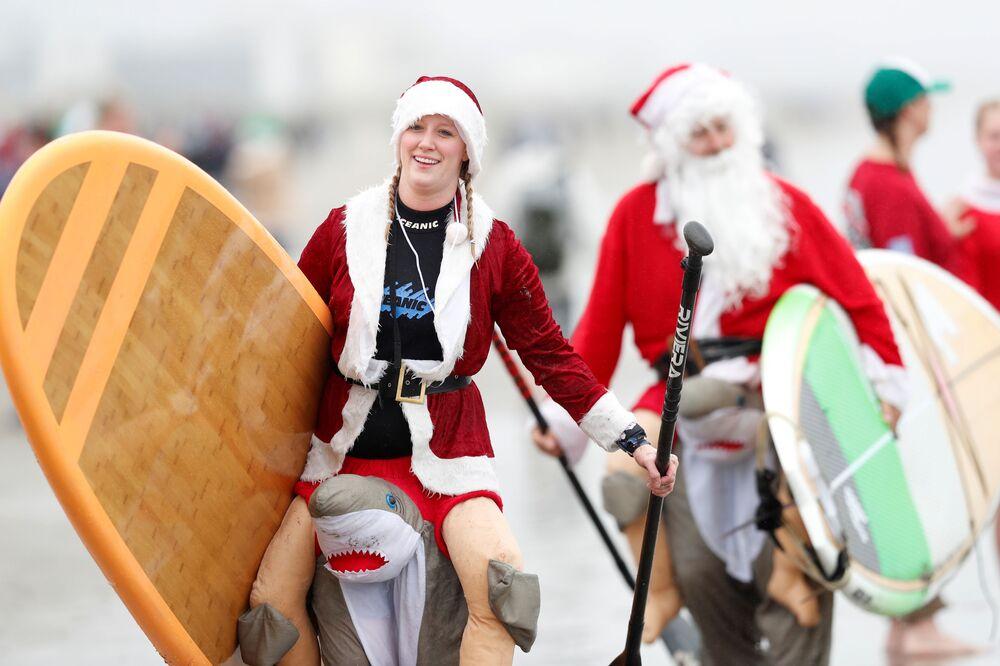Uczestnicy corocznych zawodów surferów w strojach Mikołajów na Florydzie