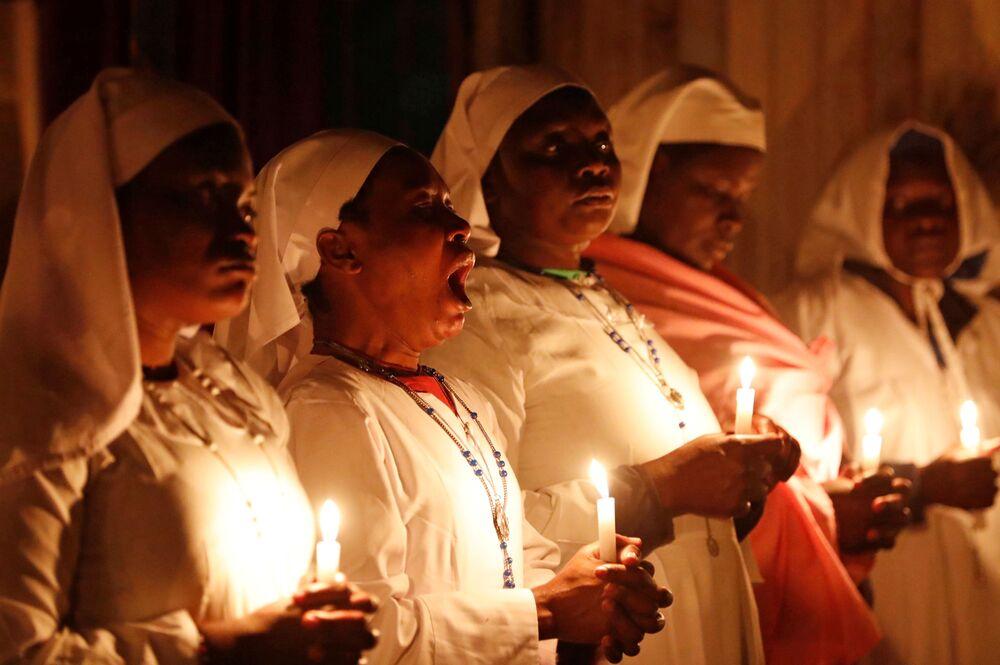 Ziewająca kobieta podczas mszy świętej w Kenii