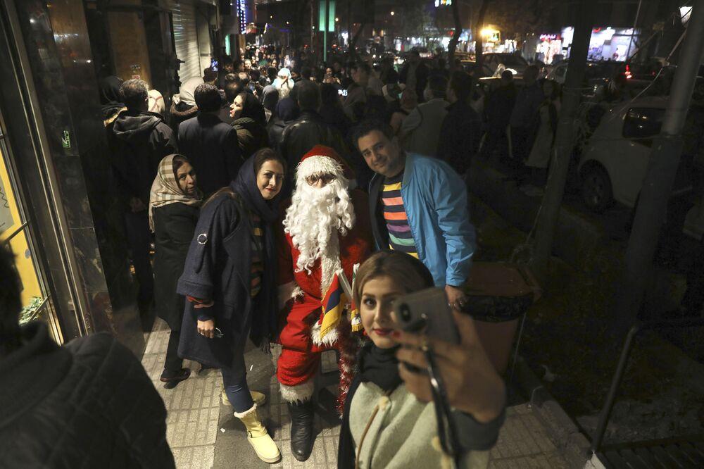 Mieszkańcy Teheranu fotografują się z Mikołajem