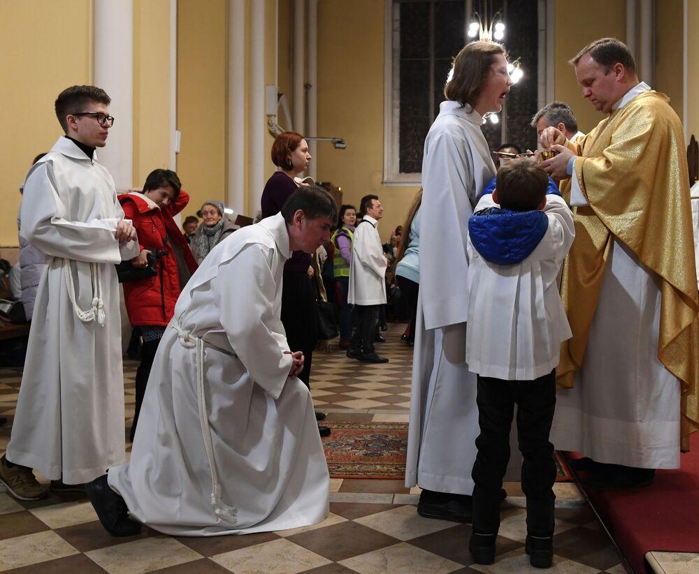Msza święta w rzymskokatolickiej katedrze Niepokalanego Poczęcia Najświętszej Maryi Panny