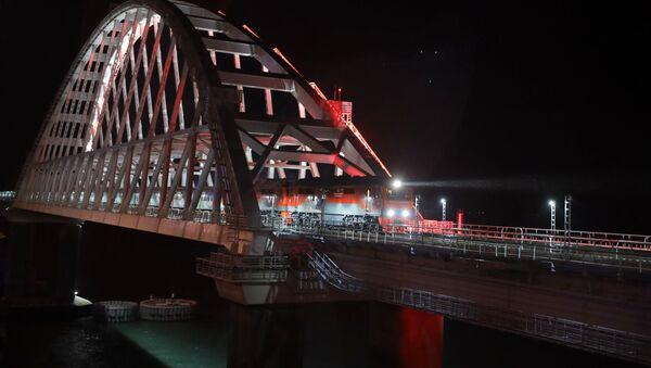 Pociąg Sankt Petersburg - Sewastopol na Moście Krymskim - Sputnik Polska