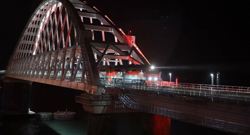 Pociąg Sankt Petersburg - Sewastopol na Moście Krymskim