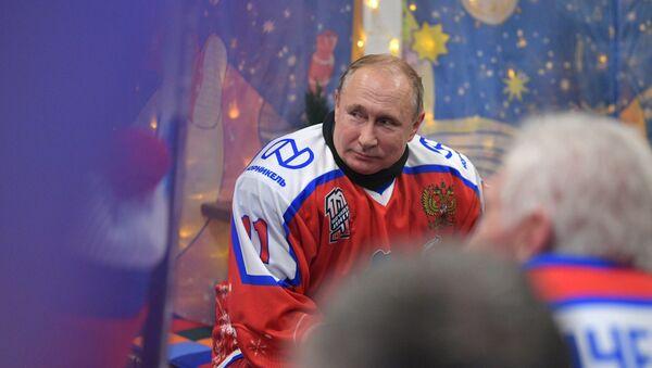 Prezydent Rosji Władimir Putin podczas przerwy w czasie towarzyskiego meczu noworocznego Night Hockey League na lodowisku na Placu Czerwonym w Moskwie  - Sputnik Polska