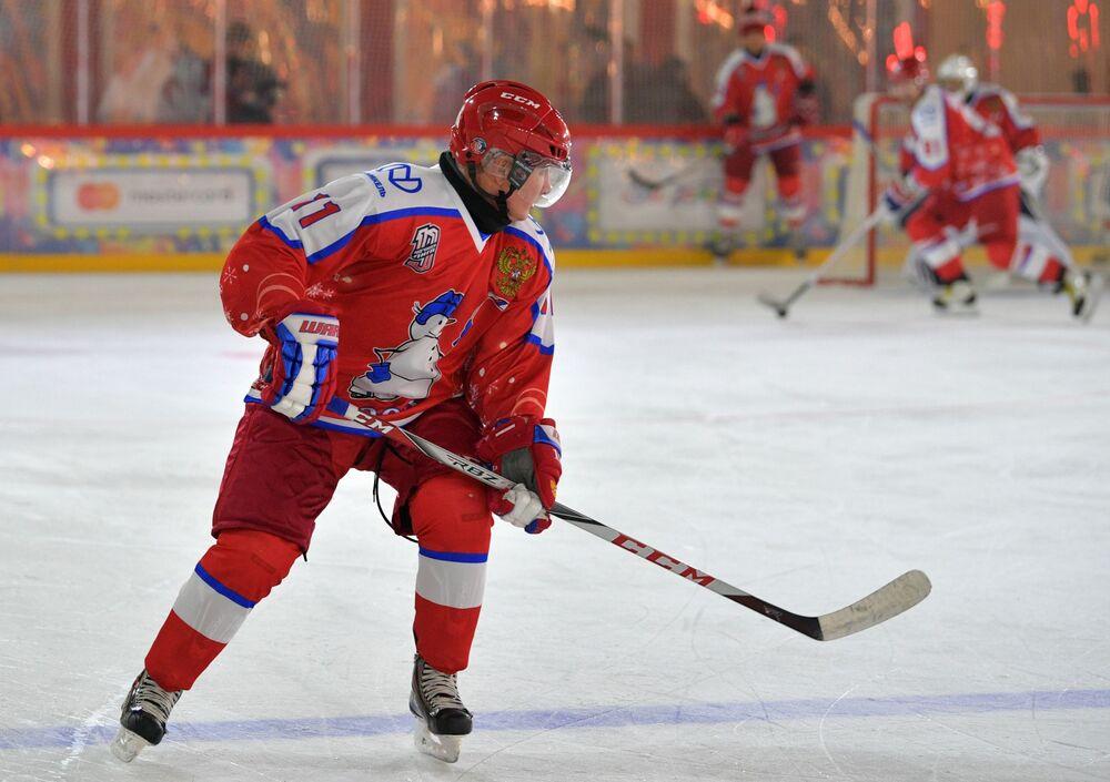 Władimir Putin wziął udział w towarzyskim meczu noworocznym Night Hockey League na lodowisku na Placu Czerwonym w Moskwie