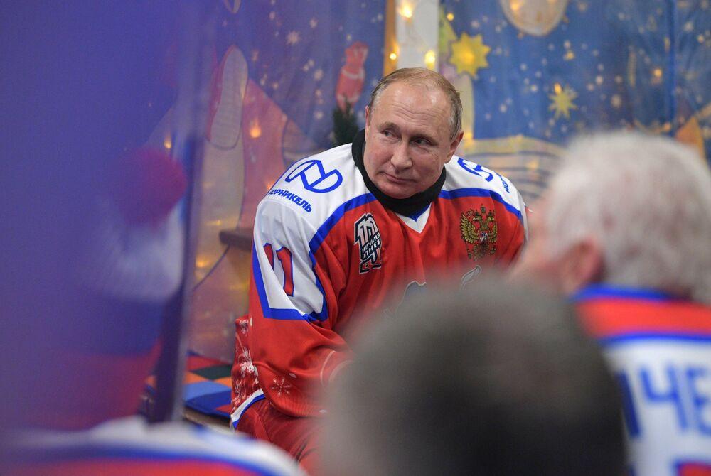 Prezydent Rosji Władimir Putin podczas przerwy w czasie towarzyskiego meczu noworocznego Night Hockey League na lodowisku na Placu Czerwonym w Moskwie