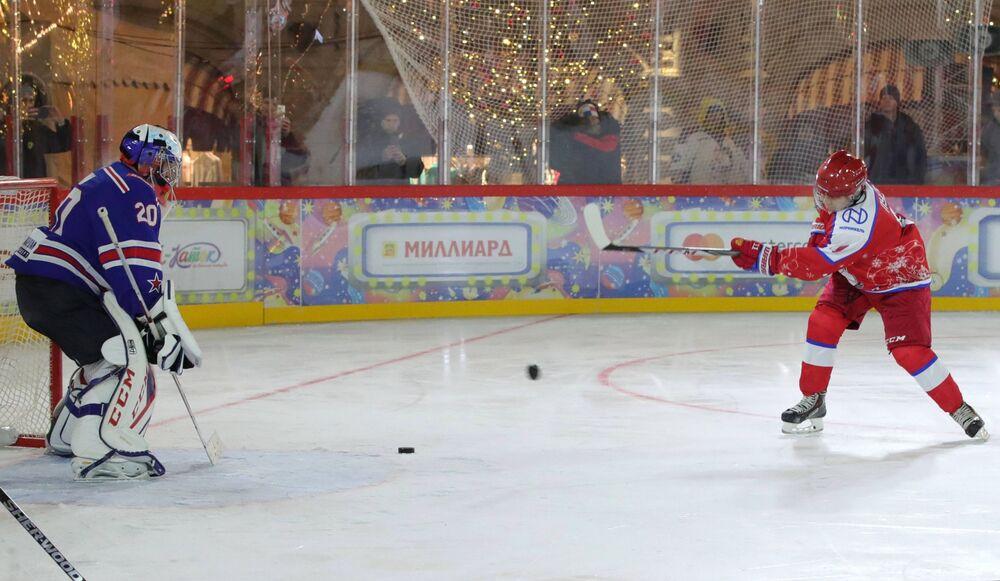 Władimir Putin podczas towarzyskiego meczu noworocznego Night Hockey League na lodowisku na Placu Czerwonym w Moskwie