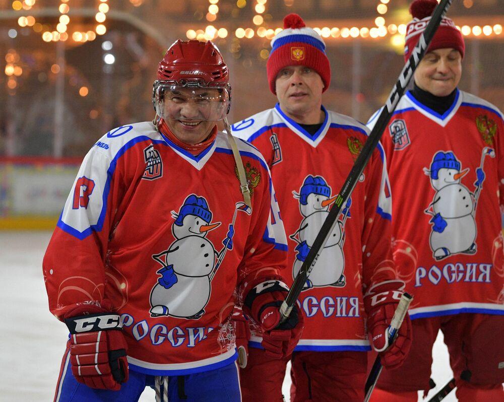 Szef Ministerstwa Obrony Rosji Siergiej Szojgu przed rozpoczęciem towarzyskiego meczu noworocznego Night Hockey League na Placu Czerwonym w Moskwie