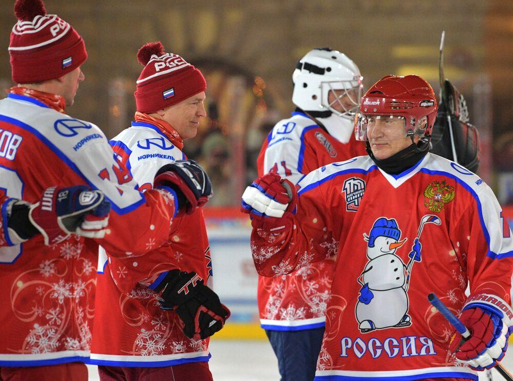 Władimir Putin na towarzyskim meczu noworocznym Night Hockey League na lodowisku na Placu Czerwonym w Moskwie