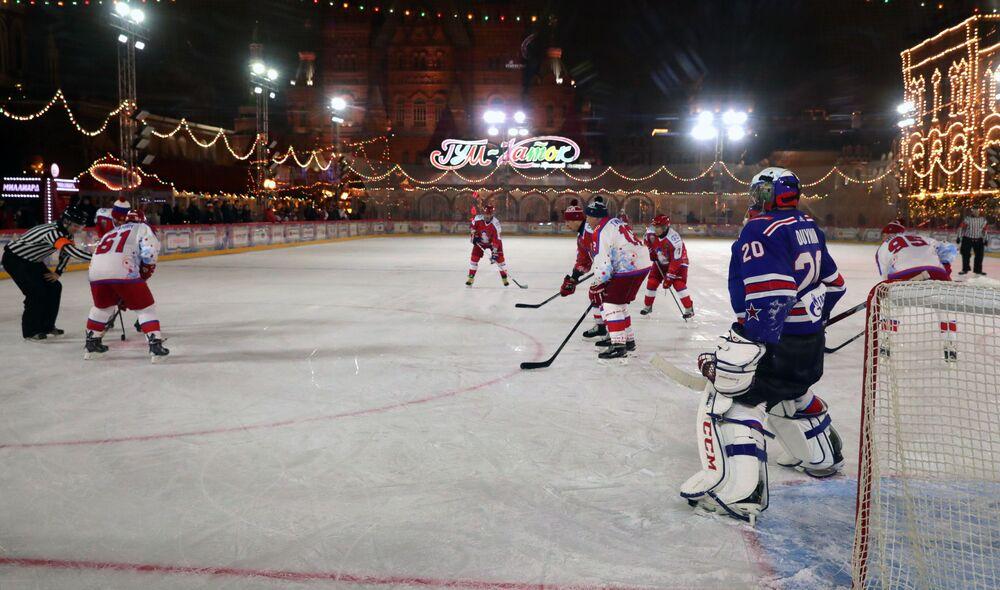 Zawodnicy towarzyskiego meczu noworocznego Night Hockey League na Placu Czerwonym w Moskwie