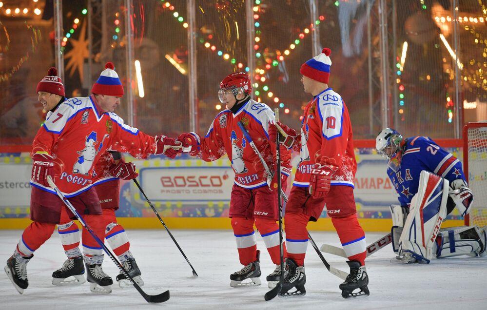 Władimir Putin na towarzyskim meczu noworocznym Night Hockey League na Placu Czerwonym w Moskwie