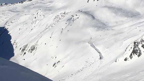 Zejście lawiny śnieżnej na ośrodek narciarski w Andermatt w Szwajcarii - Sputnik Polska
