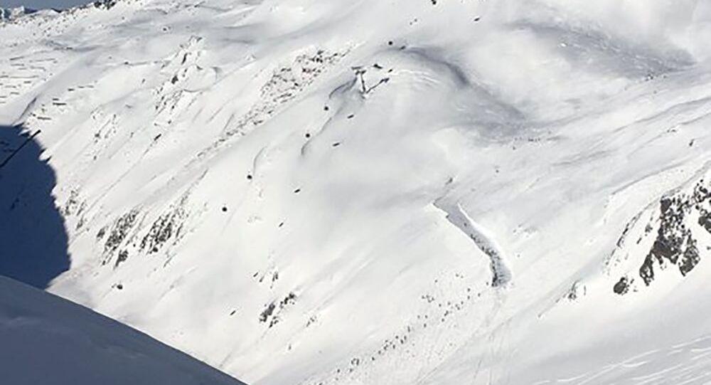 Zejście lawiny śnieżnej na ośrodek narciarski w Andermatt w Szwajcarii