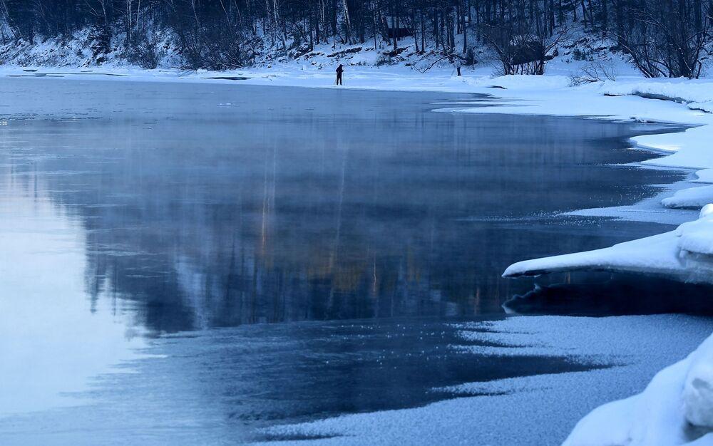 Ludzie na nartach wzdłuż brzegu rzeki Jenisej w Kraju Krasnojarskim