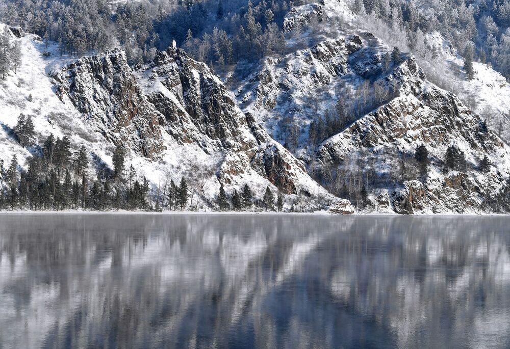 Pokryty śniegiem brzeg rzeki Jenisej w Kraju Krasnojarskim