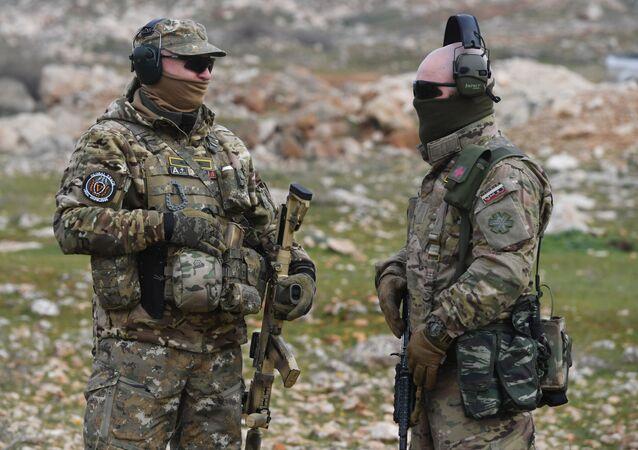 Rosyjscy doradcy wojskowi w jednym z obozów treningowych w Syrii