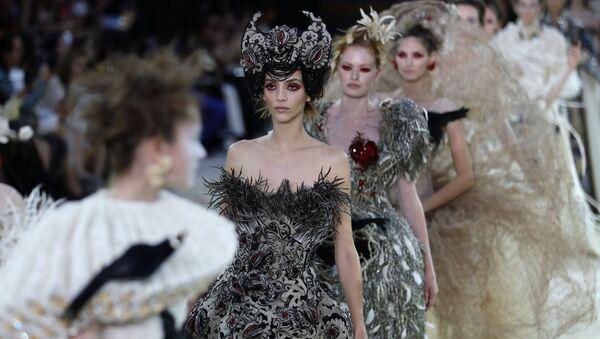 Pokaz mody w Paryżu - Sputnik Polska