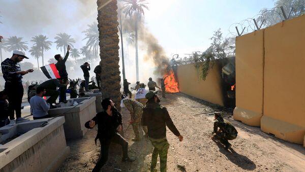 Protestujący u murów ambasady USA w Bagdadzie - Sputnik Polska