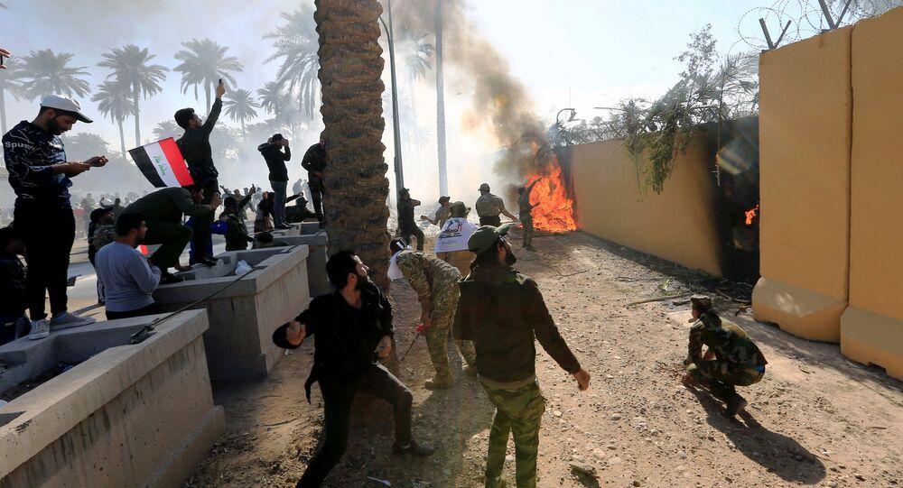 Protestujący u murów ambasady USA w Bagdadzie