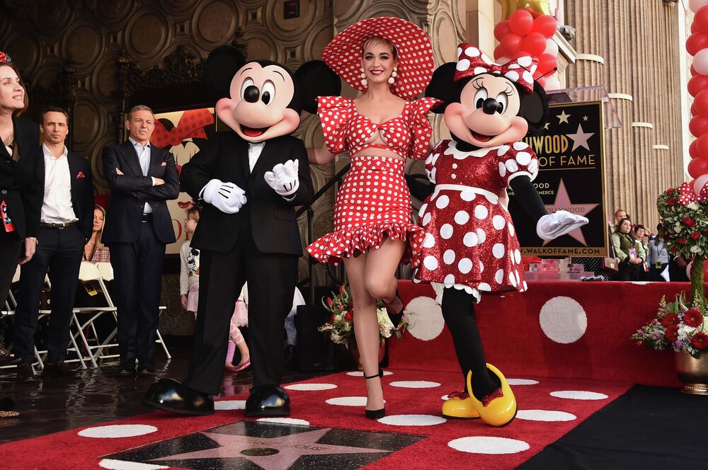 Piosenkarka Katy Perry z Mickey Mouse i Minnie Mouse na Alei Gwiazd w Los Angeles