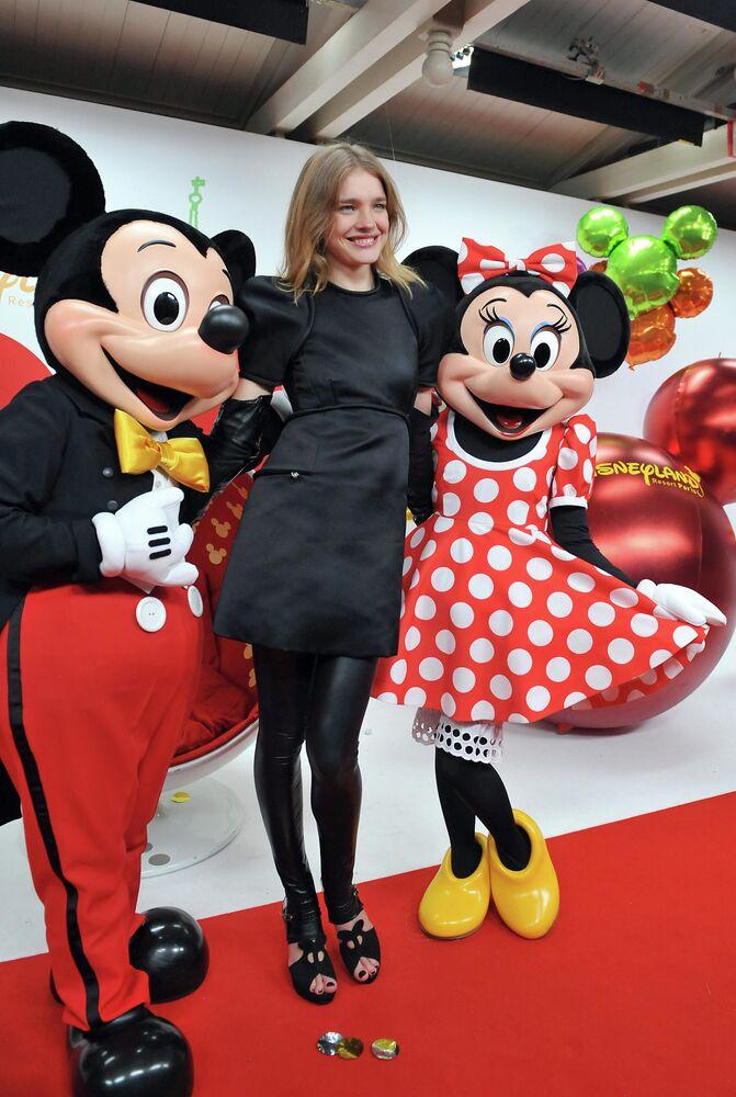 Modelka Natalia VWodianova z Mickey Mouse i Minnie w Disneylandzie w Paryżu