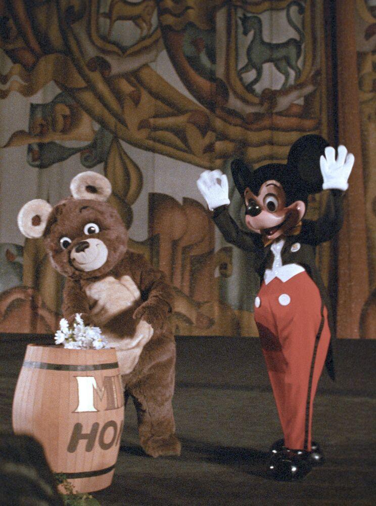 Niedźwiedź Olimpijski i Myszka Miki podczas ceremonii otwarcia pokazu filmu animowanego Walta Disneya w kinie Rossija, 1988 rok