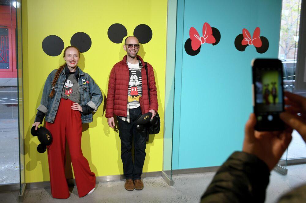 Turyści na wystawie poświęcoej Minnie Mouse w Nowym Jorku