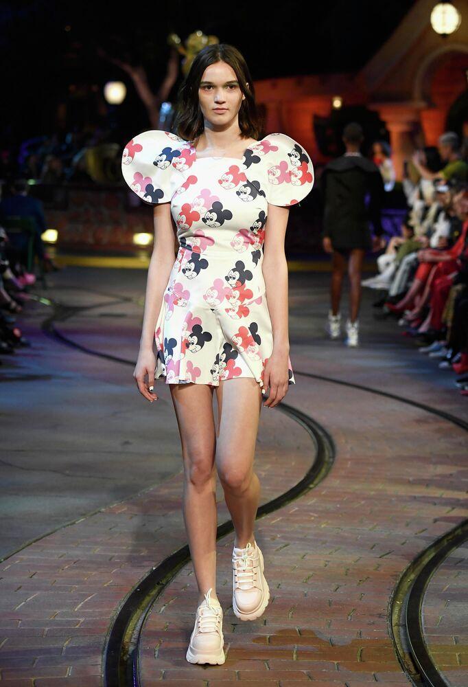 Modelka na wybiegu podczas ceremonii z okazji 90. rocznicy Minnie Mouse w Hollywood