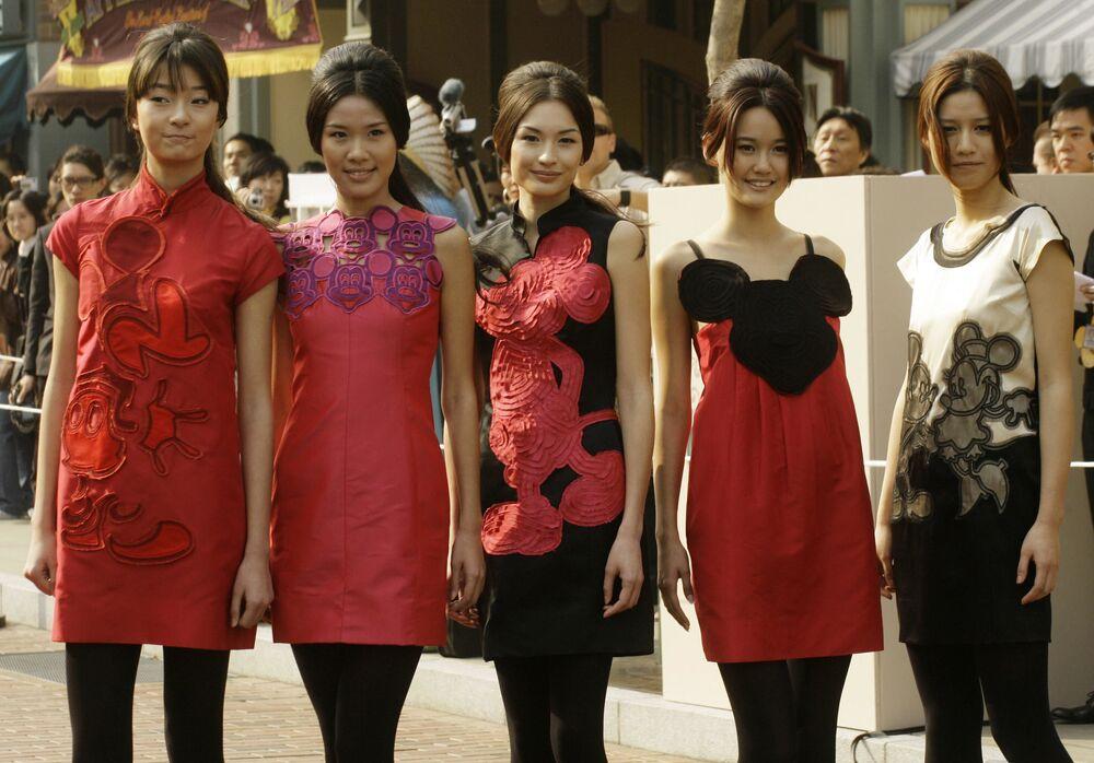 Modelki prezentują kolekcję projektanta mody Vivien Tam podczas przyjęć promocyjnych w Disneylandzie w Hongkongu
