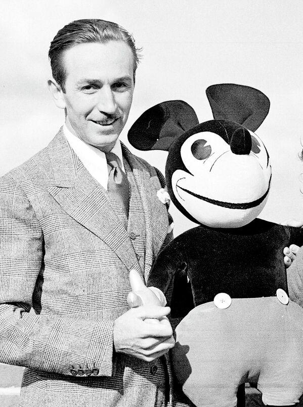 Amerykański animator Walt Disney z jednym ze swoich dzieł  - Myszką Miki, 1935 rok  - Sputnik Polska