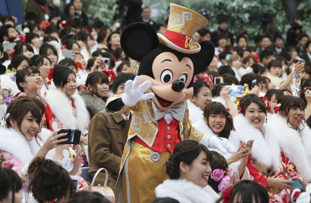 Myszka Miki z odwiedzającymi Disneyland w Tokio